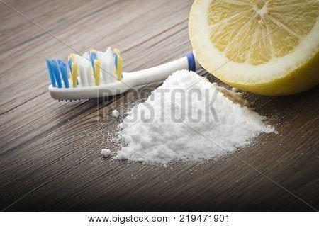 white teeth with lemon and baking soda