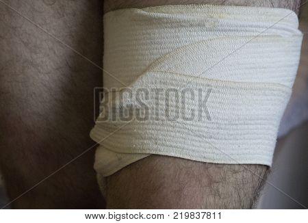 bandaging an injured knee bandage the dressing and bandage