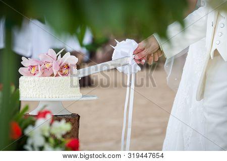 Wedding Cutting A Wedding Cake .