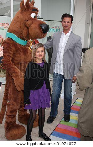 LOS ANGELES - APR 12:  Isabella Lamas, Scooby-Doo, Lorenzo Lamas arrives at Warner Brothers