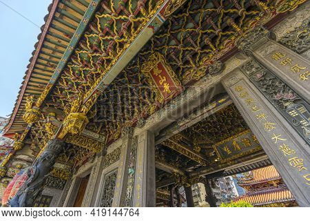 Taipei, Taiwan - Aug 7, 2018 : Close Up Detailed Of Elaborate Architecture Of Longshan Temple In Tai