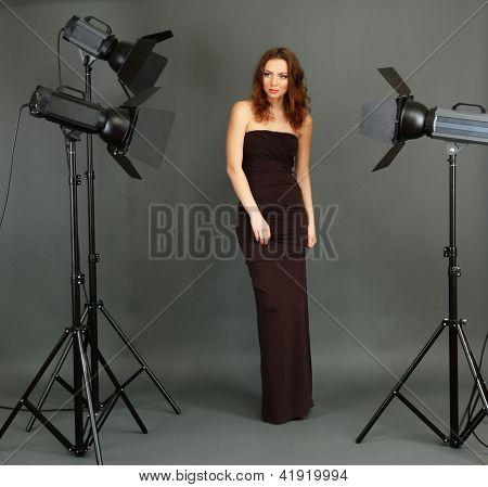 Schöne professionelle weibliche Modell ruhelosigkeit zwischen den Aufnahmen in Fotografie Studio Shooting Set-up