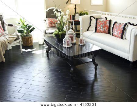 Pisos de madera dura oscura en la sala de estar