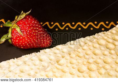 Fresh Strawberry And Diabetic Diet Crunches - Crispy Waffle Crispbread From Wheat, Texture