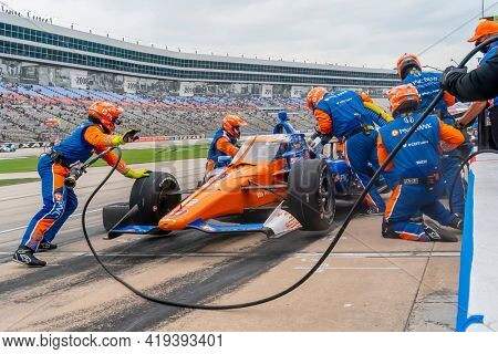 May 01, 2021 - Ft. Worth, Texas, USA: SCOTT DIXON (9) of Auckland, New Zealand brings his car in for service during the Genesys 300 at Texas Motor Speedway in Ft. Worth Texas.