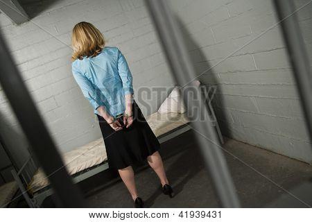 Empresária chateada restringida com algemas na prisão