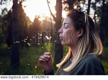 Beautiful woman smiling in nature. Happy people lifestyle nature. Woman in nature. Nature lifestyle. nature. Happiness. Lifestyle. Concept of happy lifestyle. Happy people in nature. Happy young woman in Nature. Happiness concept. Young people.in nature