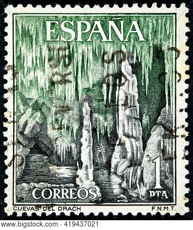 Spain - Circa 1964: A Stamp Printed In The Spain Shows Dragon Caves, Majorca, Circa 1964