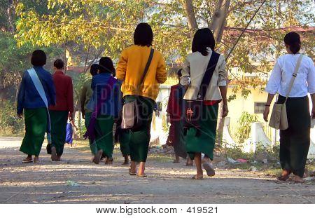 Fuß zur Schule. Myanmar (Birma)