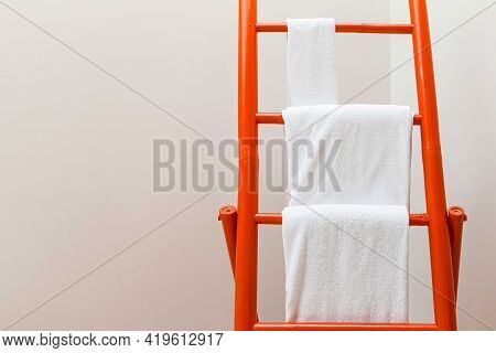 Towel For Wiping The Hanging Bamboo Towel Rack In The Bathroom