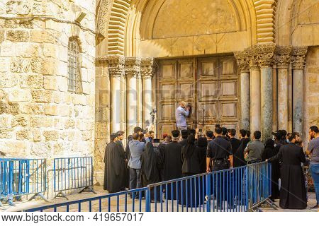 Jerusalem, Israel - April 30, 2021: Door Opening Ritual, Combining Muslims And Christians, On Orthod