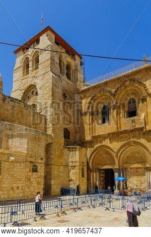 Jerusalem, Israel - April 30, 2021: View Of The Courtyard Of The Holy Sepulchre Church, With Pilgrim