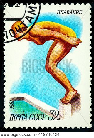 Ussr - Circa 1981: A Stamp Printed In Ussr Shows Swimming, Diving, Female Athlete Jumps Into The Wat