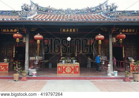 Melaka, Malaysia. August 18, 2017. People Visiting A Prayer Hall Within The Buddhist Temple Xiang Li