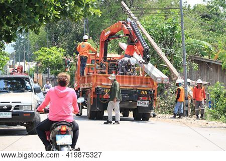 Lampang, Thailand, 21 May 2021 : The Staff Are Cleaning The Streets. A Big Tree Fallen On The Road I