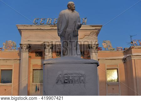 Russia, Vorkuta 14,02,2021 Monument To Lenin In Hoarfrost In Winter