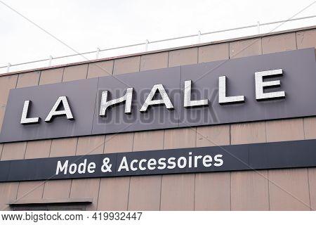 Bordeaux , Aquitaine France - 05 05 2021 : La Halle Brand Logo And Text Sign On Shop Footwear Low Co