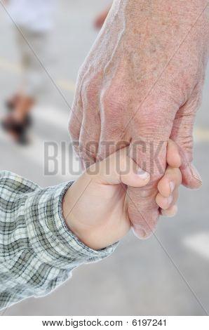 junge und ältere Hände, outdoor