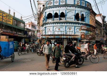 LUCKNOW, INDIA - JAN 31б 2013: People walk through the traffic jam on the street on January 31, 2013 in Lucknow India. Lucknow with population of 6000455 people is the largest city of Uttar Pradesh state