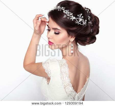 Wedding Hairstyle. Beautiful Fashion Bride Girl Model Portrait. Makeup. Luxury Jewelry. Attractive Y