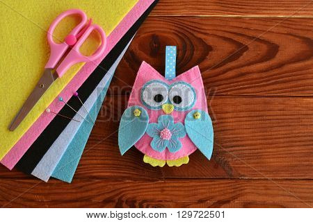 Felt owl embellishment. Felt owl toy. How to make a pretty felt owl - kids DIY crafts tutorial. Sheets of colored felt, scissors, wooden table