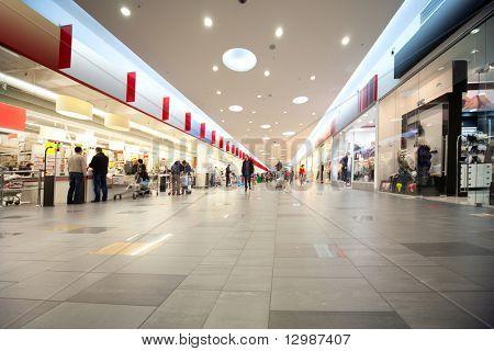 Große Halle und Käufer im Handel Zentrum mit Geschäften auf beiden Seiten
