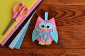 Felt owl embellishment. Felt owl toy. How to make a pretty felt owl - kids DIY crafts tutorial. Sheets of colored felt, scissors, wooden table poster