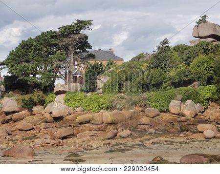 The Gulf of Morbihan is an inner sea of an east-west length of 20 kilometers approximately strewed w