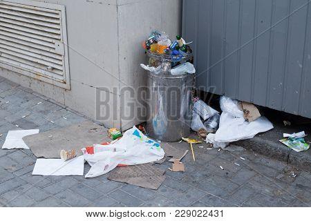 Odessa, Ukraine - Circa Sep 2017: Overcrowded Trash Can On City Street. A Lot Of Trash.