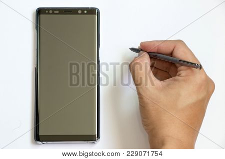 Bangkok, Thailand - December 23, 2017 : Business Man Hold The Stylus To Write At Samsung Galaxy Note