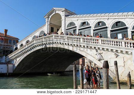 Venice, Italy - August 13, 2016: Tourists Walking On Famous Rialto Bridge (ponte Di Rialto)
