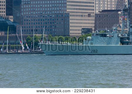 Hmcs Athabaskan At Fleet Week