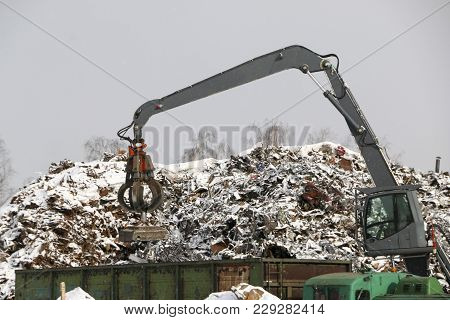 The Hydraulic Grab Cleans And Tampens The Metal Debris. The Excavator Lifts And Throws The Load With