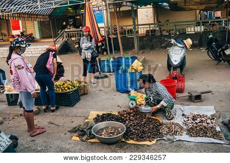 Mui Ne, Vietnam - Circa March 2017: A Woman Sells Sea Shellfish On The Street On The Sidewalk