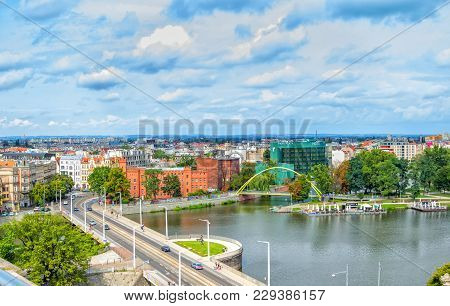 Wroclaw/poland- August 19, 2017: Cityscape Of Wroclaw With River Odra, Bridges, Old Historical And M