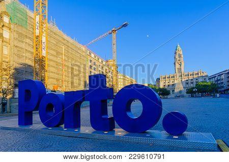 Porto, Portugal - December 24, 2017: Avenida Dos Aliados, And The City Hall, With A Christmas Tree,