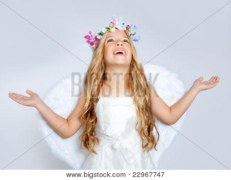 하얀 날개와 꽃 왕관과 함께 천사 어린이 소녀