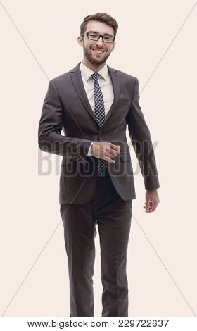 confident businessman goes forward. photo in full growth.