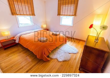 Cozy Bnb Room With Large Orange Bed In Hotel With Noone
