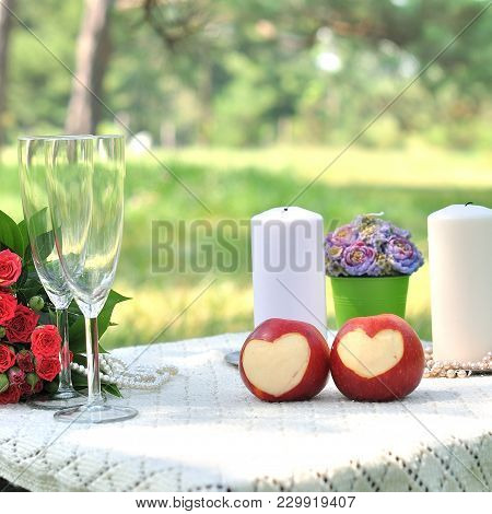 Wedding Decor. Wedding Table Withe Red Roses
