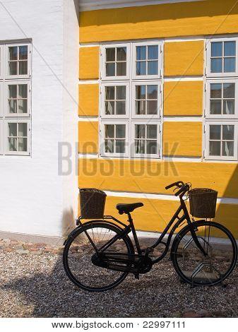 Alte Retro Fahrrad-Parkplatz mit einer Mauer