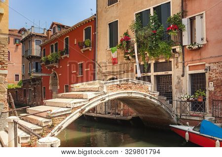 Venice, Italy - June 15, 2017: Ponte De Chiodo. The Only One Bridge In Venice With No Parapet. Canal