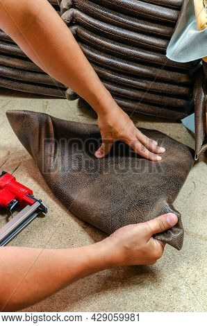 Manufacture Of Upholstered Furniture, Upholstery Of A Furniture Element With A Pneumatic Stapler, Cl
