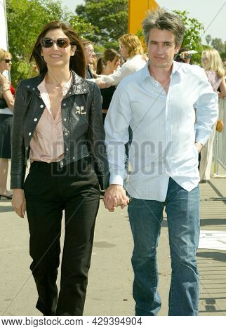 LOS ANGELES - MAR 22: Catherine Keen er and Dermot Mulroney arrives for the 2003 Independent Spirit Awards on March 22, 2003 in Santa Monica, CA