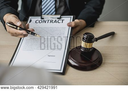 Attorney Gives The Client A Pen To Sign A Contract Admitting Fraud, Lawyer Admits A Fraud Case In Wh