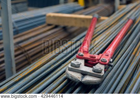 Large Pliers Or Clipper For Cutting Wire Or Steel Bars. Hand Manual Steel Wire Rope Cutter. Construc
