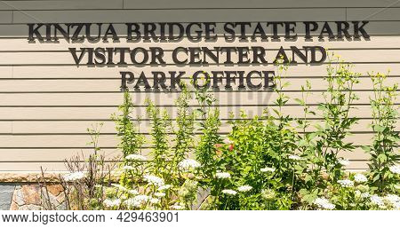 Mt Jewett, Pennsylvania, Usa August 3, 2021 The Kinzua Bridge State Park Sign On The Visitor And Inf