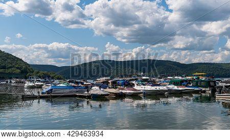Mead Township, Pennsylvania, Usa August 3, 2021 Boats Docked In The Kinzua Wolf Run Marina On The Al