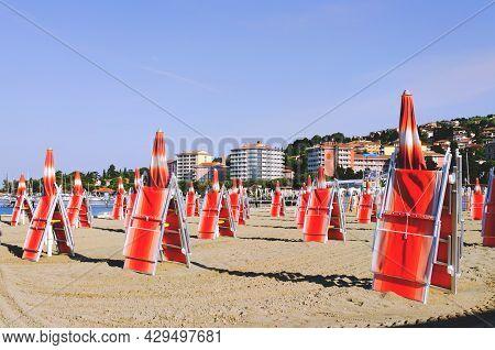 Portorož, Slovenia. 06.09.2021. Sun Beds And Umbrellas On A Beautiful Tropical Beach At The Adriatic