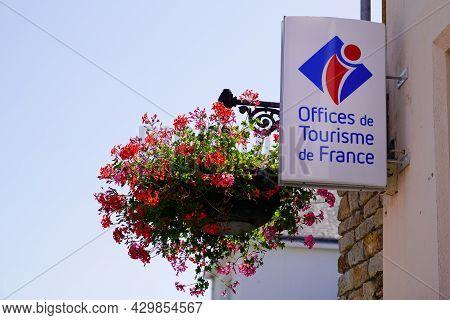 Bordeaux , Aquitaine France - 07 30 2021 : Office De Tourisme In French Brand Text Tourism Agency Si
